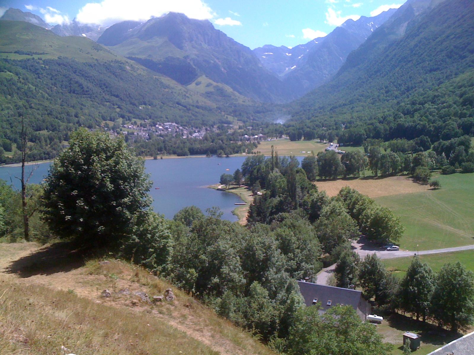 Lac de Génos et village de Loudenvielle
